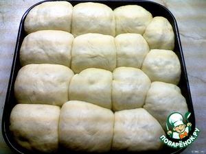 Форму для выпекания смазать растительным маслом, выложить туда готовые шарики и опять поставить в тёплое место где-то на час (форму прикрыть либо пищевой плёнкой, либо влажной салфеткой).
