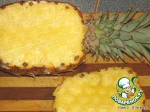Аккуратно срезаем боковину ананаса.   Это будет крышечка нашей ёмкости.