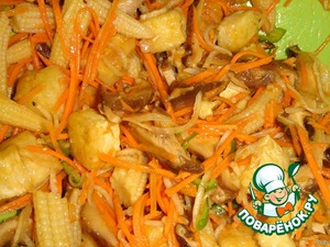 К овощам добавить кукурузные початки (если крупные порезать наискосок на кусочки), тофу, заправить соусом, перемешать.