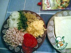 Помидоры и лук нарезать тонкими кружочками. Мясо или колбасу нарезать кубиками. Шампиньоны тонко нарезать. Сыр натереть на крупной терке.