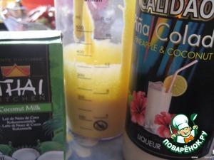 Белки отделяем от желтков.   Желтки растираем с сахаром, постепенно добавляя кокосовое молоко (комнатной температуры) и ликер.