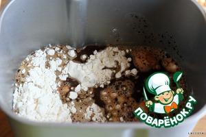 Согласно инструкции к хлебопечи выложить все ингредиенты в ведерко.