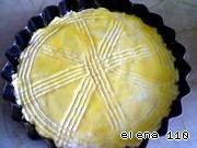 Форму для запекания смазать растительным маслом.    Выложить творожную смесь в форму, сверху смазать взбитым яичным желтком.