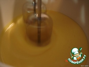 Beat the eggs with sugar, gradually adding the softened butter, salt, 70 grams of milk, flour