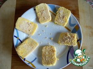 Ломтики сыра обмакнуть в яйцо, затем запанировать в панировочных сухарях. Обжарить в оливковом масле до получения легкой золотистой корочки.