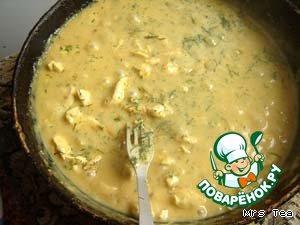 Соусом залить лук, довести до кипения, добавить обжаренные кусочки мяса и тушить до готовности. В самом конце добавить зелень (у меня замороженная, свежей можно посыпать блюдо перед подачей на стол).    Подавать с кашей или картофельным пюре.