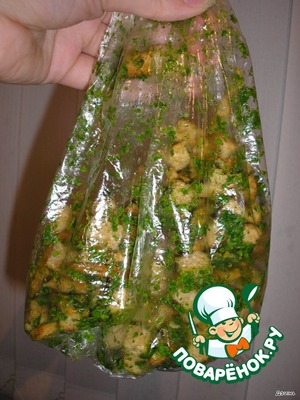 Branny bread cut into cubes and dried in the oven. Crumble crackers in greens with garlic.