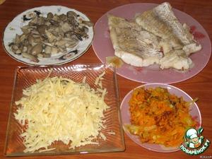 Филе судака, можно и филе любой другой рыбы, мы моем и подсушиваем. Рыбу обжариваем на сковороде на растительном масле по 2-3 минуты с обеих сторон. Отдельно на сковороде обжариваем лук, мелко нарезанный, и тертую на крупной терке морковь, сыр натираем на крупной терке. Грибы нарезаем не очень мелко.