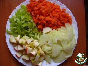 Овощи и яблоко нарезать.