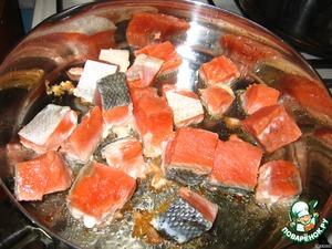 Накалить сковороду, налить растительное масло и слегка обжарить в нем кету.