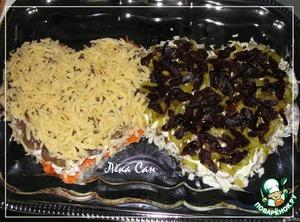 На одну часть натереть сыр, для другой - мелко нарезать пропаренный чернослив. Смазать еще раз майонезом.