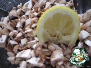 Порубить острым ножом на маленькие кусочки;   сбрызнуть лимонным соком,