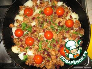 Готовое блюдо посыпаем зернами граната и зеленью.