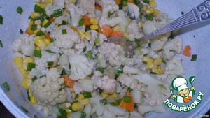Cabbage divided into florets, add corn, carrots, chopped fresh herbs, pour half of the gelatin mix.