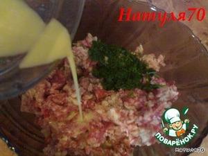 Затем выливаем луково-яичную массу в фарш. Туда же добавляем петрушку, соль и перец по вкусу