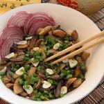 Тушеные грибы с соевым соусом и чесноком
