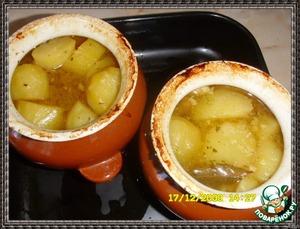 Закрываем крышкой и ставим в духовку томиться при t=180-190*С, до готовности картошки. Томила около 1 часа.   Нарезаем зелень, насыпаем в тарелке на соус.
