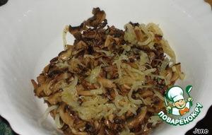 Лук нарезать полукольцами и обжарить на растительном масле (можно использовать масло, оставшееся от грибов), слить масло.