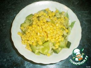 Обжарить лук,кабачки и перец.Добавить кукурузу.