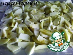 На смазаный подсолнечным маслом протвень выложыть картофель, посыпать приправой.
