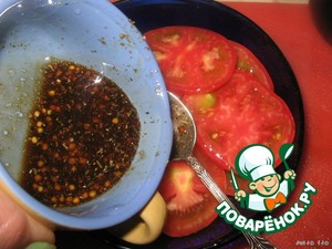 Pour the sauce over the tomato slices. Leave for 10 minutes.