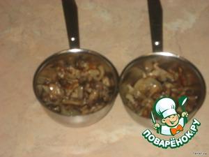 Грибы с луком разложить в кокотницы.    Посолить.