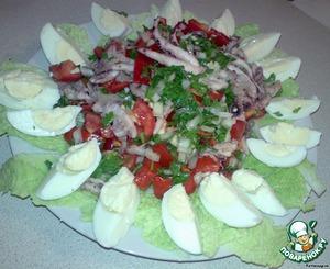 5. Добавить туда наших обжаренных осьминожек и перемешать, оставить в прохладном месте на 30 минут.   6. Листья салата выложить на тарелке и высыпать салат. Украсить вареными яйцами, порезанными на 4 части.