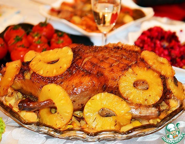 Рецепт: Новогодняя утка с айвой и ананасами