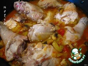 Переложим кусочки цыпленка в кастрюлю к соусу; накрыть крышкой и тушить на маленьком огне мин 30-40.