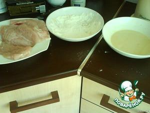 Муку смешать с солью и специями ( у меня смесь перцев). Филе обмакнуть в яичную смесь, затем обвалять в муке - и на сковородку на огонь чуть меньше среднего.