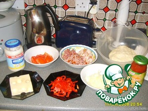 Молоко вскипятить и остудить до комнатной температуры. Перелить в большую миску, добавить тёплую воду, соль и дрожжи.      Всыпать в миску просеянную муку и перемешать. Добавить в миску с тестом оливковое масло. Тесто тщательно вымесить, накрыть плёнкой и поставить в тёплое место на 40 минут. Если тесто недостаточно эластичное - добавить ещё оливкового масла.