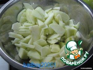 Нарезать яблоки как можно тоньше и сбрызнуть соком лимона.