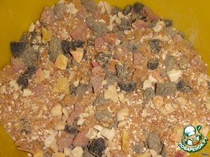 Перемешать зерновую крошку и сухофрукты.