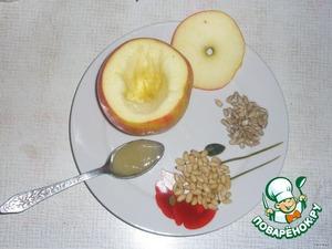Вычищаем у яблока серединку (косточки, пластинки) и начиняем его орешками, семечками, можно положить изюм, мелко порезанную курагу (кто что любит). Добавляем сверху чайную ложку меда.