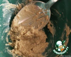 В горчицу выдавить чеснок, намазать эту смесь на куриное филе, посолить.