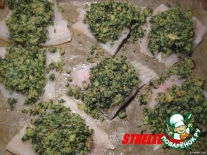 Рыбку помыть и разрезать поперёк пополам каждый кусочек.    Приготовить начинку в блендере: измельчить хлеб с зеленью, пармезаном и 2 ст. ложками оливкого масла.    На дно формы укладываем бумагу д/запекания, смазать оливковым маслом.    Выкладываем 7 половинок нашей рыбки, сверху на каждый кусочек - начинку из хлеба и зелени. Красота...