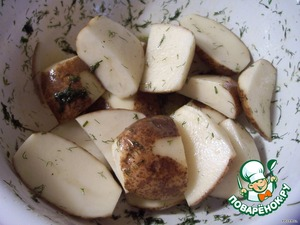 В этом маринаде замочить картошку, перемешать её несколько раз и оставить на 30 минут.    Противень смазать растительным или оливковым маслом и выложить картофель.