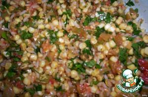 В емкости смешать поджаренные овощи, рис, кукурузу, мелко порезанную зелень, чуть -чуть посолить