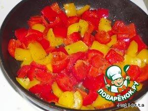 Паприку обжарить в 2-х столовых ложках масла в течение 10 минут на среднем огне. Главное - не переусердствовать, перец должен быть не слишком мягким. Поперчить, посолить.
