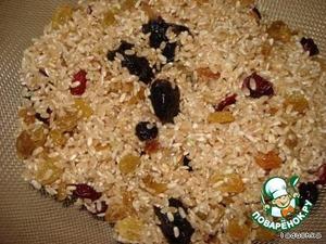 Смешиваем рис с изюмом, клюквой и черносливом, солим, перчим, паприка и корица, кто что хочет.