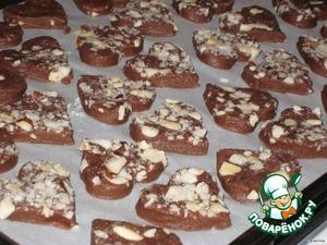 Формочкой сделать печенья и выложить на противень.   Выпекать около 10-13 минут при 180 С, остудить на решетке.   Еще теплые печенья посыпать сахарной пудрой.