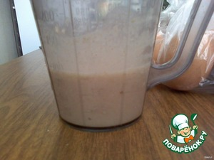 Делаем опару: в теплой воде растворяем дрожжи с сахаром и добавляем ржано-пшеничную муку (которую мы только что смешали) до консистенции жидкой сметаны