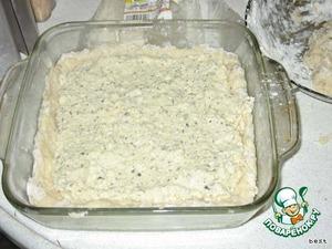 На картофель равномерно выложить начинку, не доходя 1-1,5см до краев.   Сверху распределить оставшуюся картофельную массу.   Верх разровнять, смазать сметаной или майонезом.   Выпекать при t=220°С 40-50 мин.
