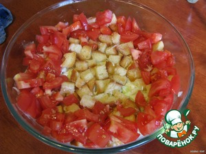 Tomatoes are cleaned from the skin and spread around the crackers.