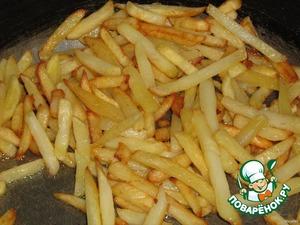 В большом количестве масла обжарить картофель до золотистой корочки (не солить)