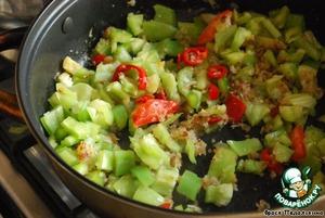 На умеренном огне разогреть масло и поджарить лук.   Добавить щепотку сахара, все перцы и обжарить несколько минут.