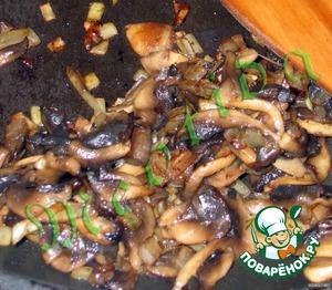 Лук мелко нарезаем, жарим до золотистого цвета, добавляем порезанные грибы и, помешивая, жарим до готовности.   В конце приправляем солью и перцем по вкусу.
