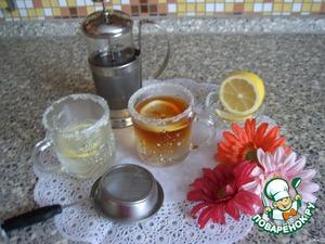 """Разливаем подсахаренный кипяток по чашкам, кладем в каждую по дольке лимона и через ситечко (чтобы не попали чаинки) осторожно наливаем сверху крепкую заварку.   Жидкости, имеющие разную плотность, не смешиваются. Можно вспомнить в этой связи знаменитый коктейль """"Кровавая Мэри""""."""