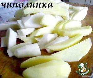 Картофель очистить и тщательно вымыть. Нарезать ломтиками.