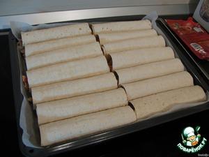 Завернутые буритосы выкладываем на противень, застеленный предварительно бумагой для выпечки.